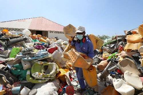 Somalis turn a profit by transforming their scrap plastic