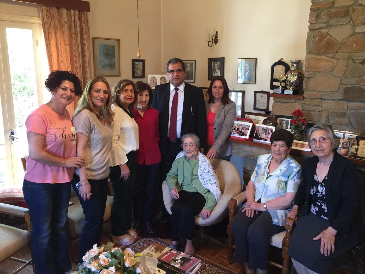 Sağlık bakanımızla Kıbrıslı en eski savaş hemşiresi Türkan Aziz hanımı hemşireler günü ziyaretimiz