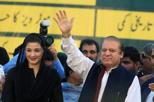 Two Pakistani former PMs, journalist face court in treason case