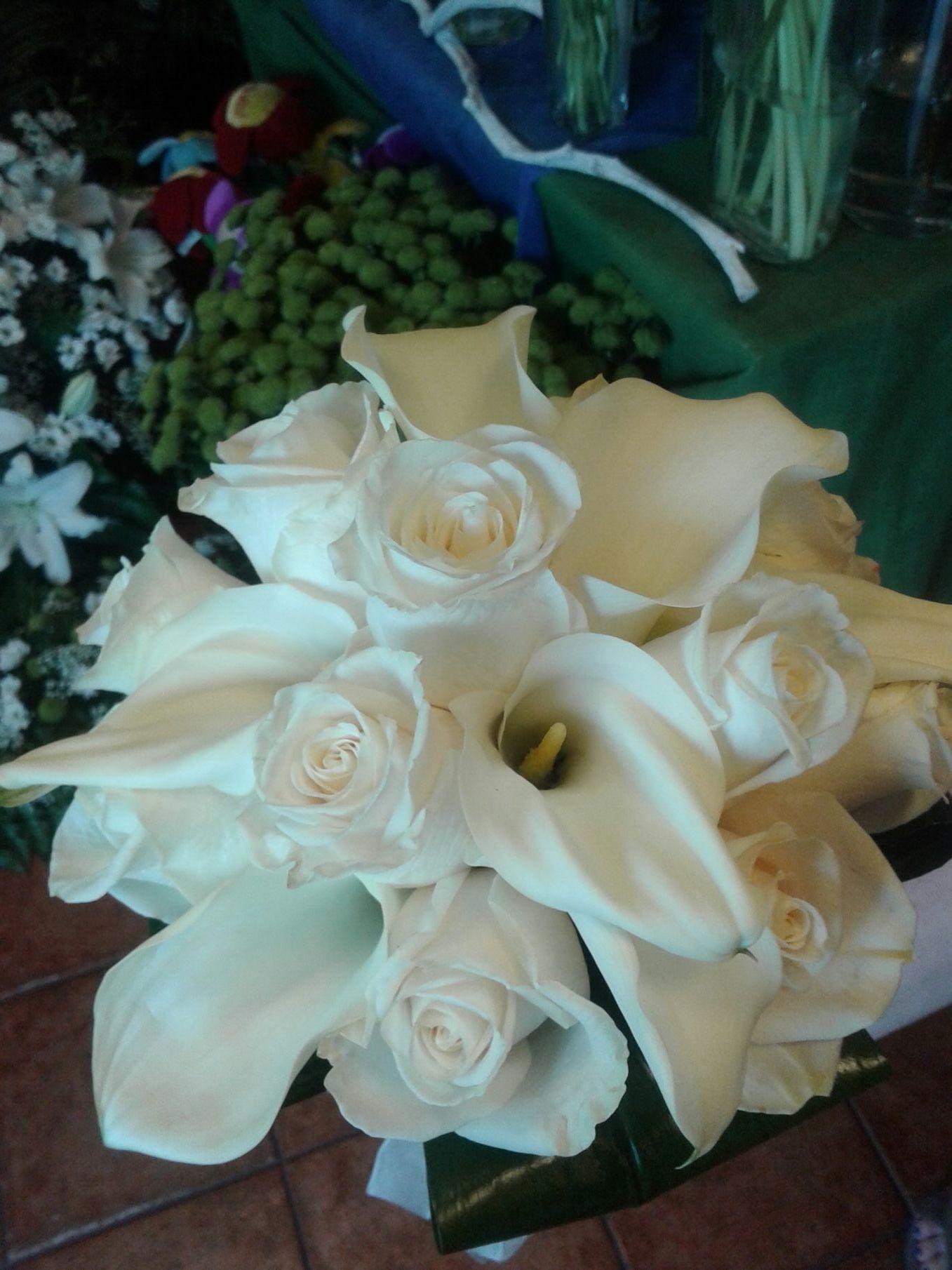 Un bonito ramo de novia de calas y rosas Vendela.