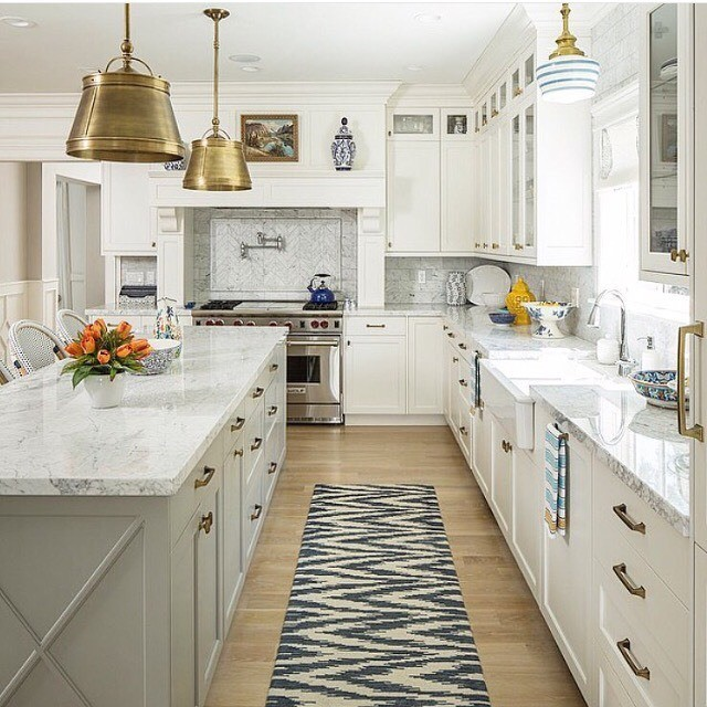 And again, the white walls kitchen!! In love with the gold hanging lamp!!!