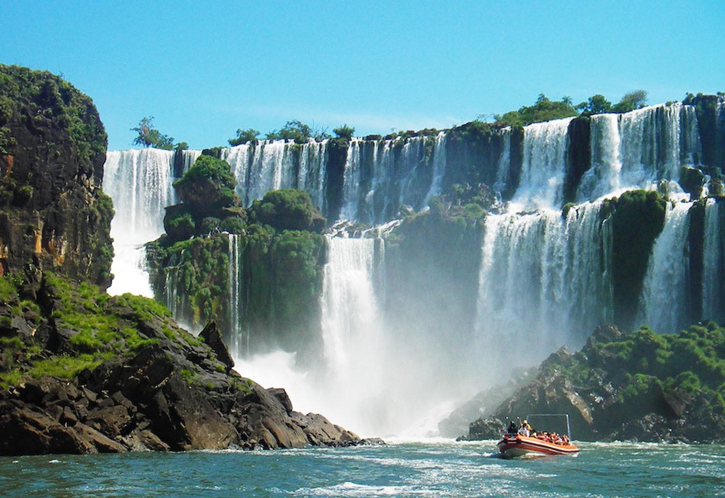 """¿tus hijos ,tus padres ,tus amigos te vuelven loca/o ? Entonces estas vacaciones veni a Cataratas del Iguazú . Estas son sus principales promos : Promo 1-2 personas 4 noches y 5 días Promo 2-1 persona 2 noches 3 días Promo 3-3 personas 5 noches 6 días Promo 4-4 personas 6 noches 7 días La promo 1 sale $150 las 2 personas La promo 2 sale $150 La promo 3 sale $100 las 2 personas La promo 4 sale $50 las 2 personas Menores de 15 años ¡¡¡NO PAGAN!!! Pasa tus proximas """"vacas"""" en Cataratas del Iguazú"""