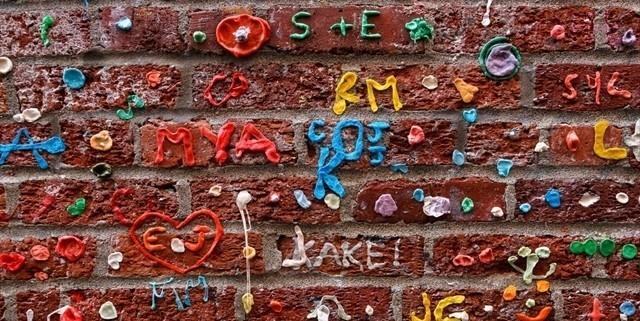 シアトルの有名な「ガムの壁」が綺麗にされて「ただの壁」に