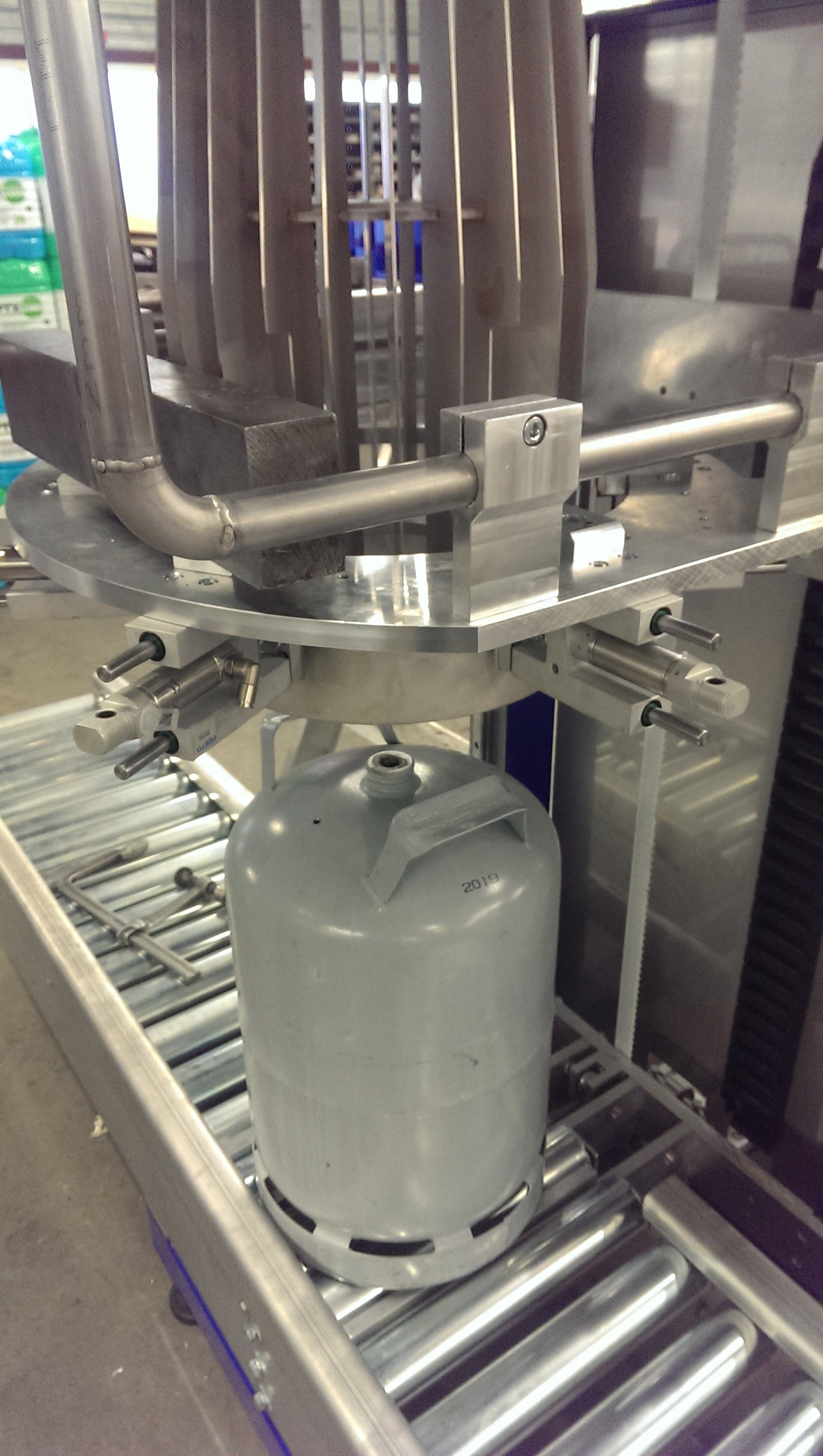 Semi automatic sleever for gas bottles in progress