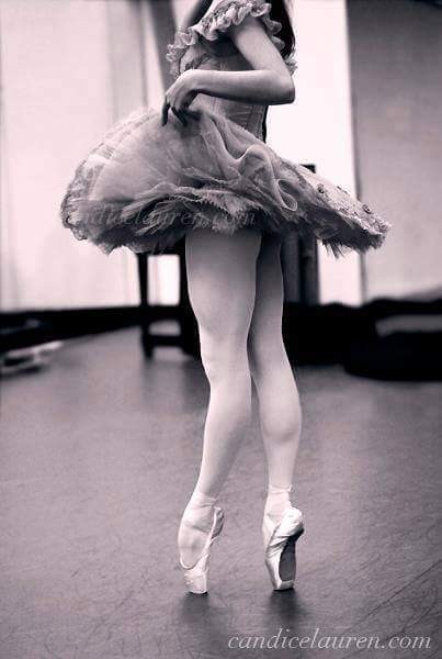 """Mujeres que critican ppr no saber caminar en zapatillas de tacón... Yo le responderia """"mi respeto lo tendras el día que sepas bailar en Zapatillas de punta.♥"""