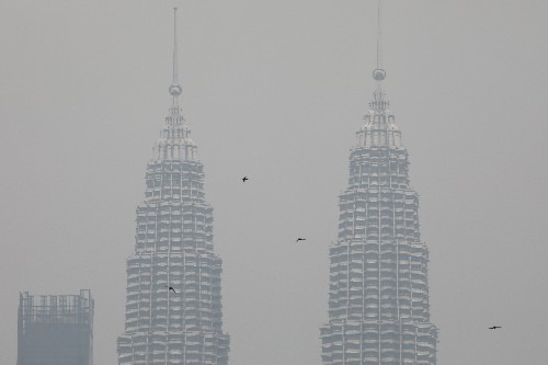 Malaysia sends half a million face masks to haze-hit state, shuts schools