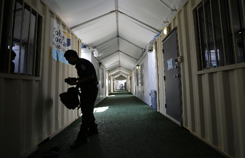 Migrants anxious before court dates in Texas tents
