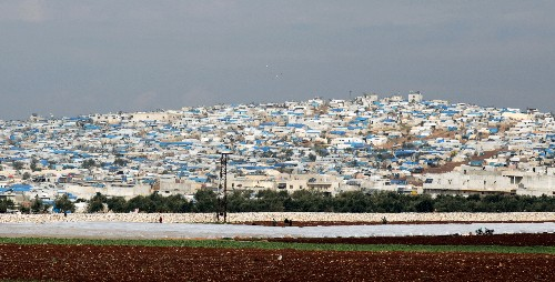 As Syrian forces advance on Idlib, families fear being trapped at Turkish border