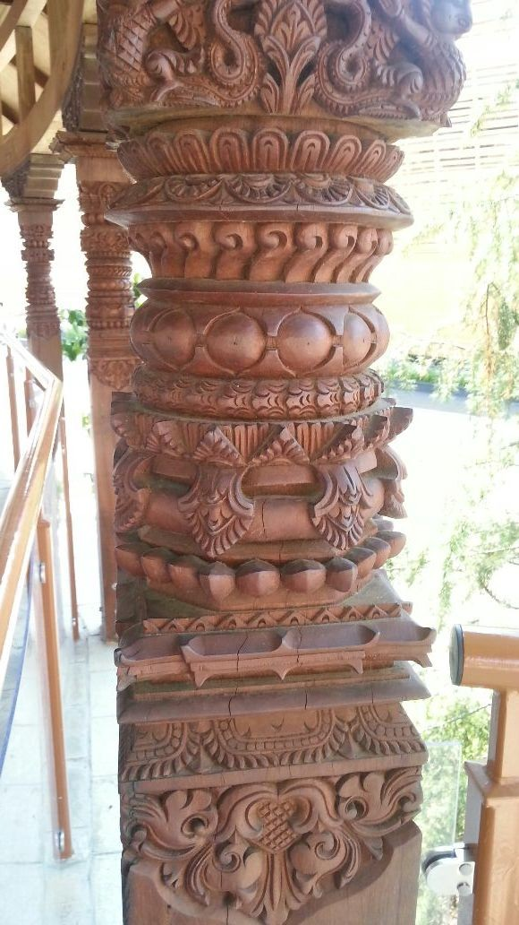 Dovere vedere le belle colonbe in legno intagliato del padiglione del NEPAL però purtroppo il padiglione è chiuso