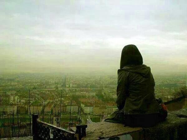 لم أعد أتحمل العيش ك لاجئ .. أود العودة إلى مكاني في تنطلق الهمسات بلا توقف .. نشعر بالحروف تخترق كل الجدرآن بهدوء وتستقر في القلب .ماذا يتبقى فيك يا دنيا حين يتحول فؤادك لكتلة حجر ..قاسية . أن لا أجرح مشاعر الآخريـن .