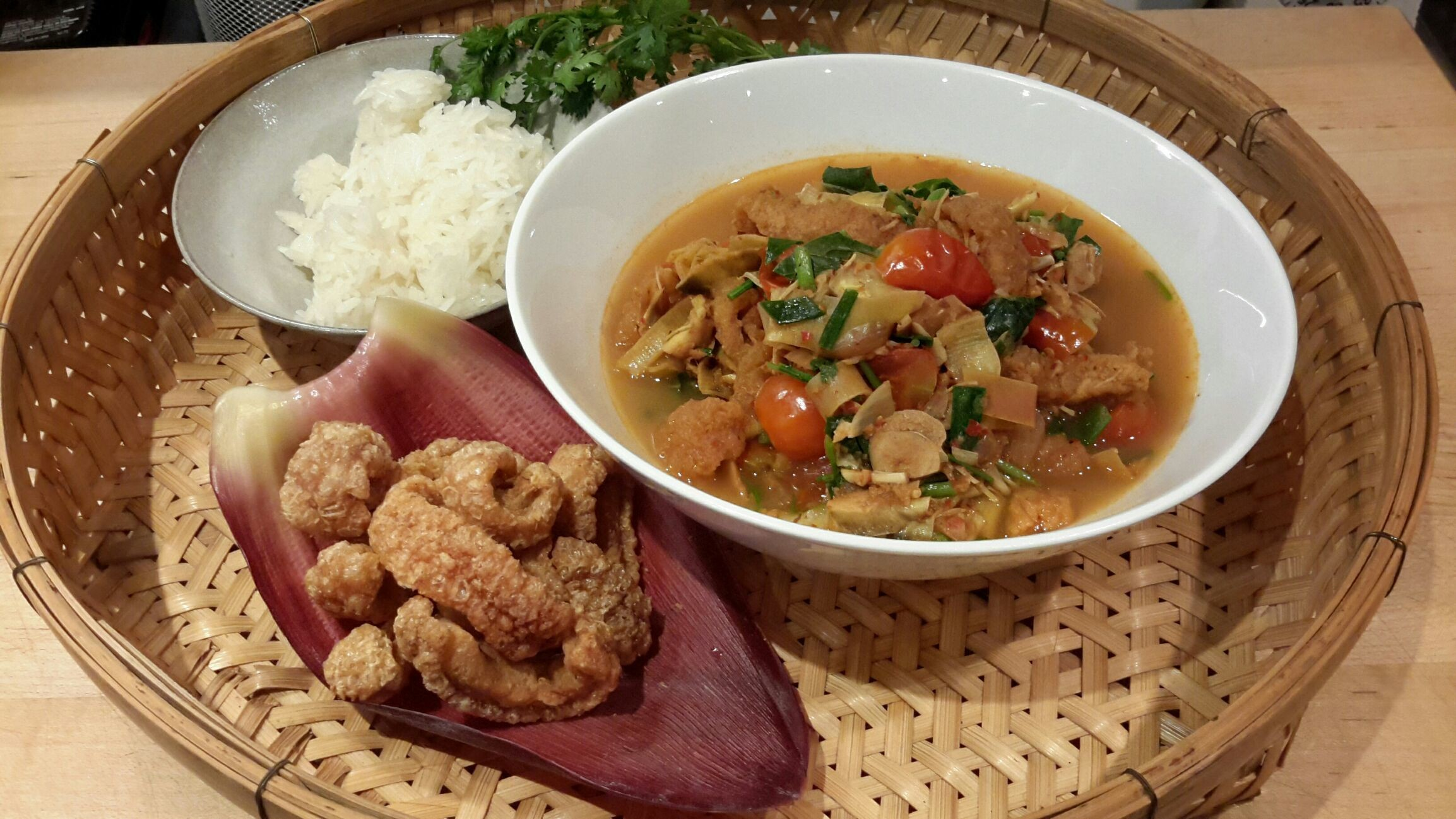 How about banana blossome curry ,it's so good :) แกงหัวปลีใส่แคบหมู ของกิ๋นเมืองๆ