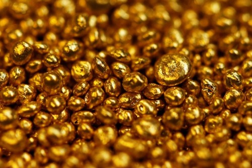 Gold rises to one-week peak amid trade anxiety