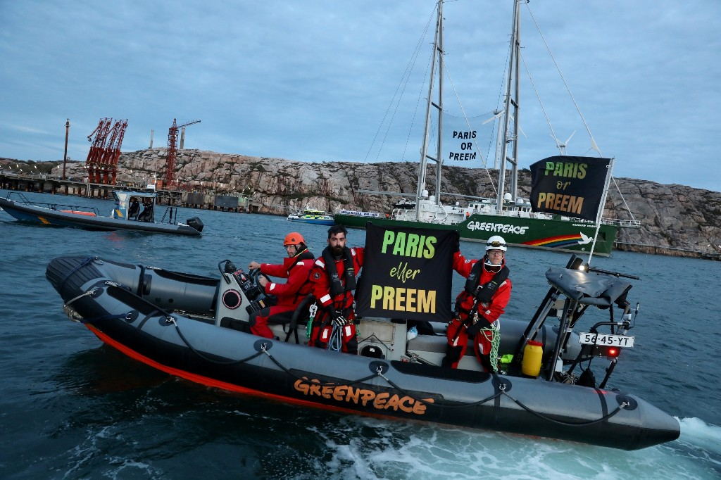 Greenpeace blocks tanker from delivering oil to Swedish refinery