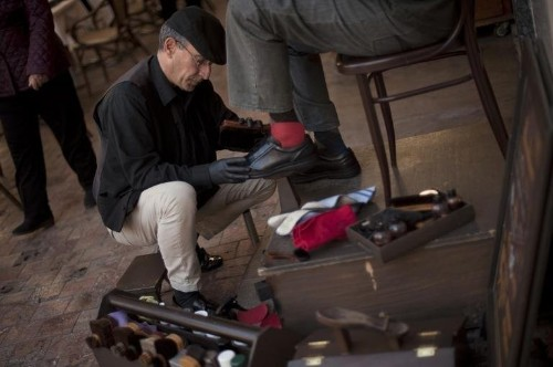 A Spanish shoeshine man who makes $34 a day just handed over the Twitter handles @RioDeJaneiro and @Japan for free