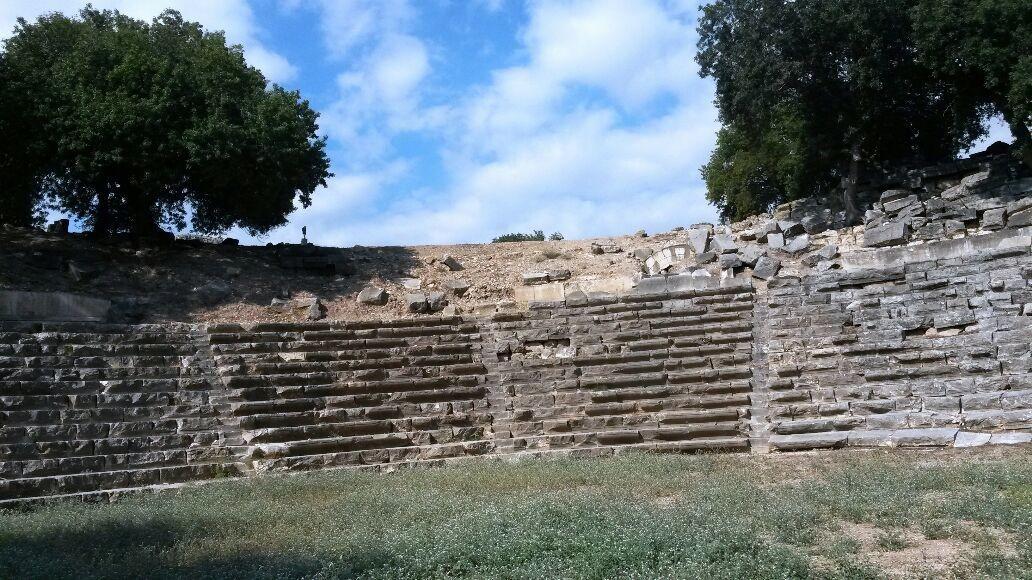 Kastabala da Bulunan Antik Tiyatro Görülmeye Değer.