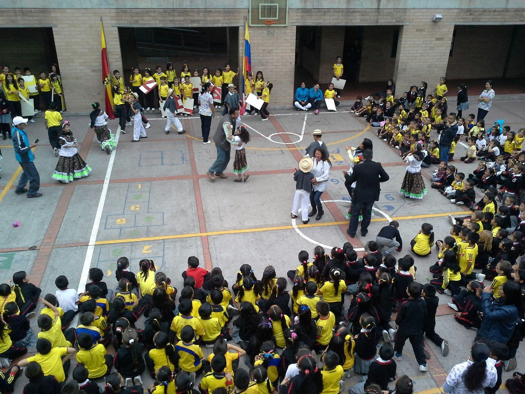 Las danzas de los niños y los profesores.