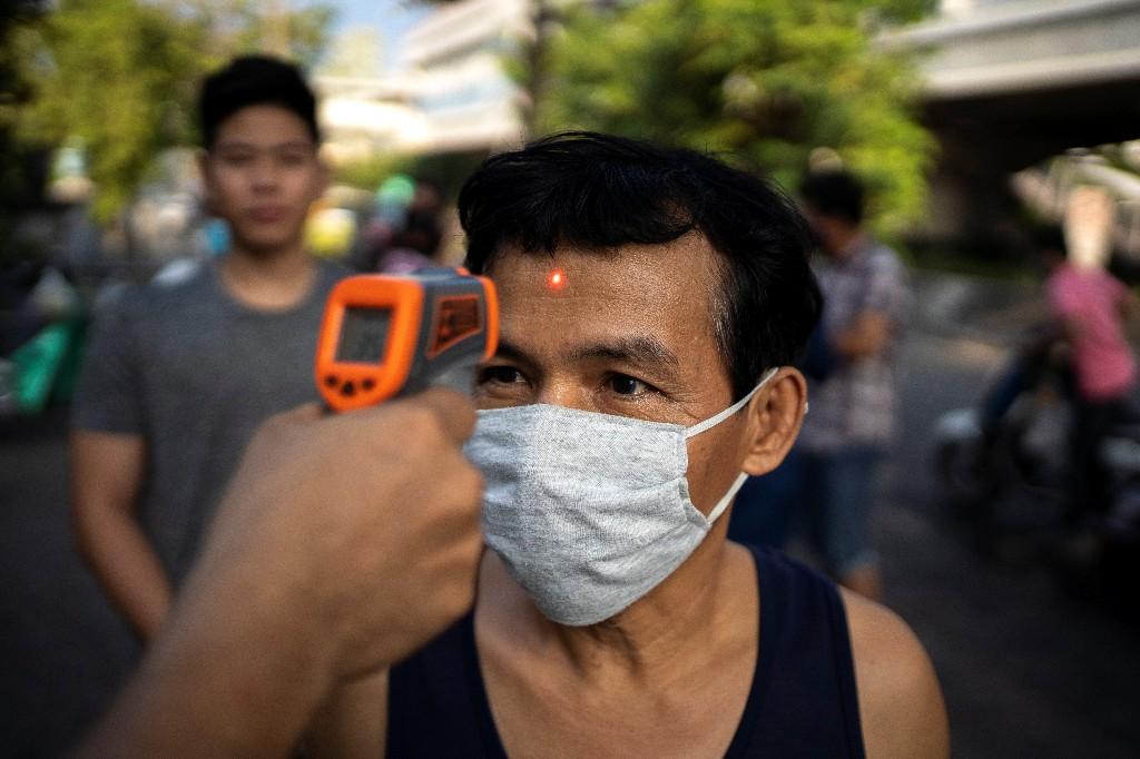 Thais queue for booze before 10-day alcohol ban in Bangkok