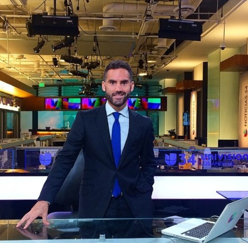 En el sillón rojo con Enrique Acevedo, presentador de Univision
