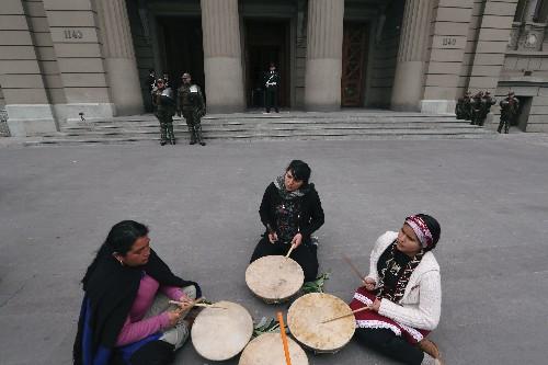 Gobierno chileno pide investigación por confusa muerte de joven indígena mapuche