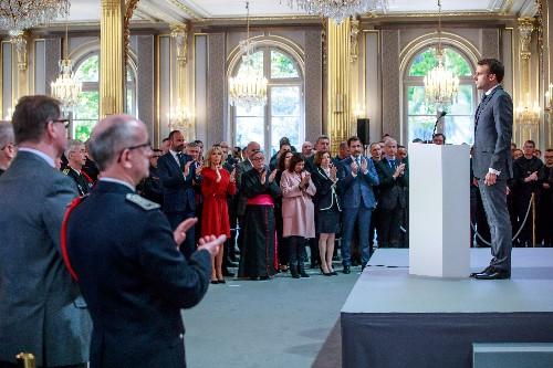 Notre-Dame: Macron remercie les pompiers et dit la fierté de la France