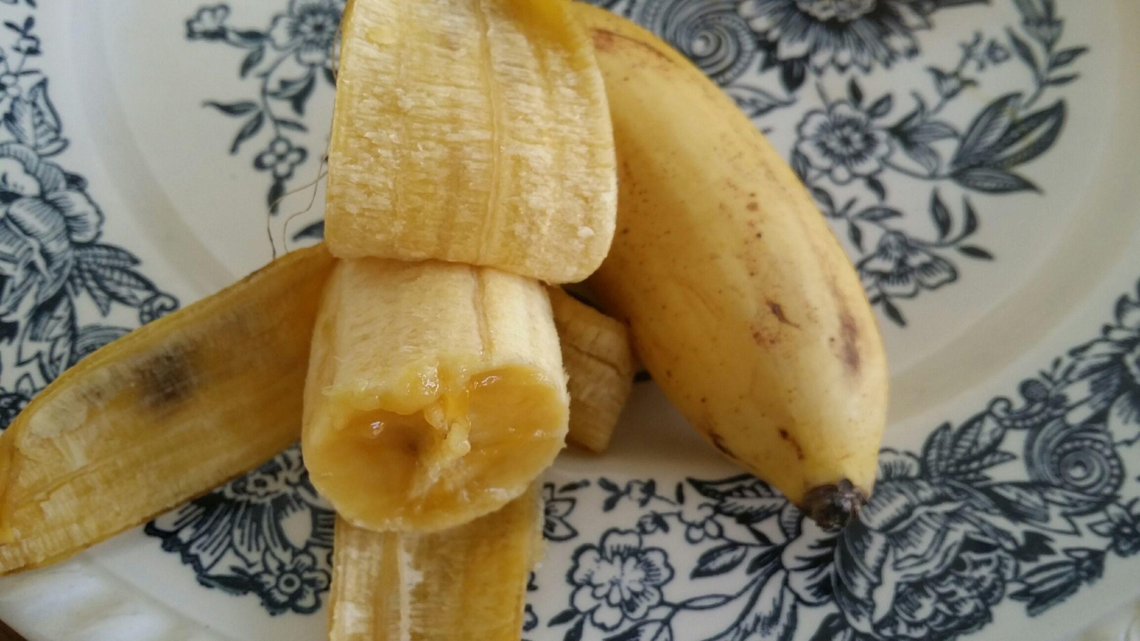 Van de centrale markt, 40 pikien miss vinga banaantjes, kleine meisjes vingers, 5 SRD voor 40 banaantjes.