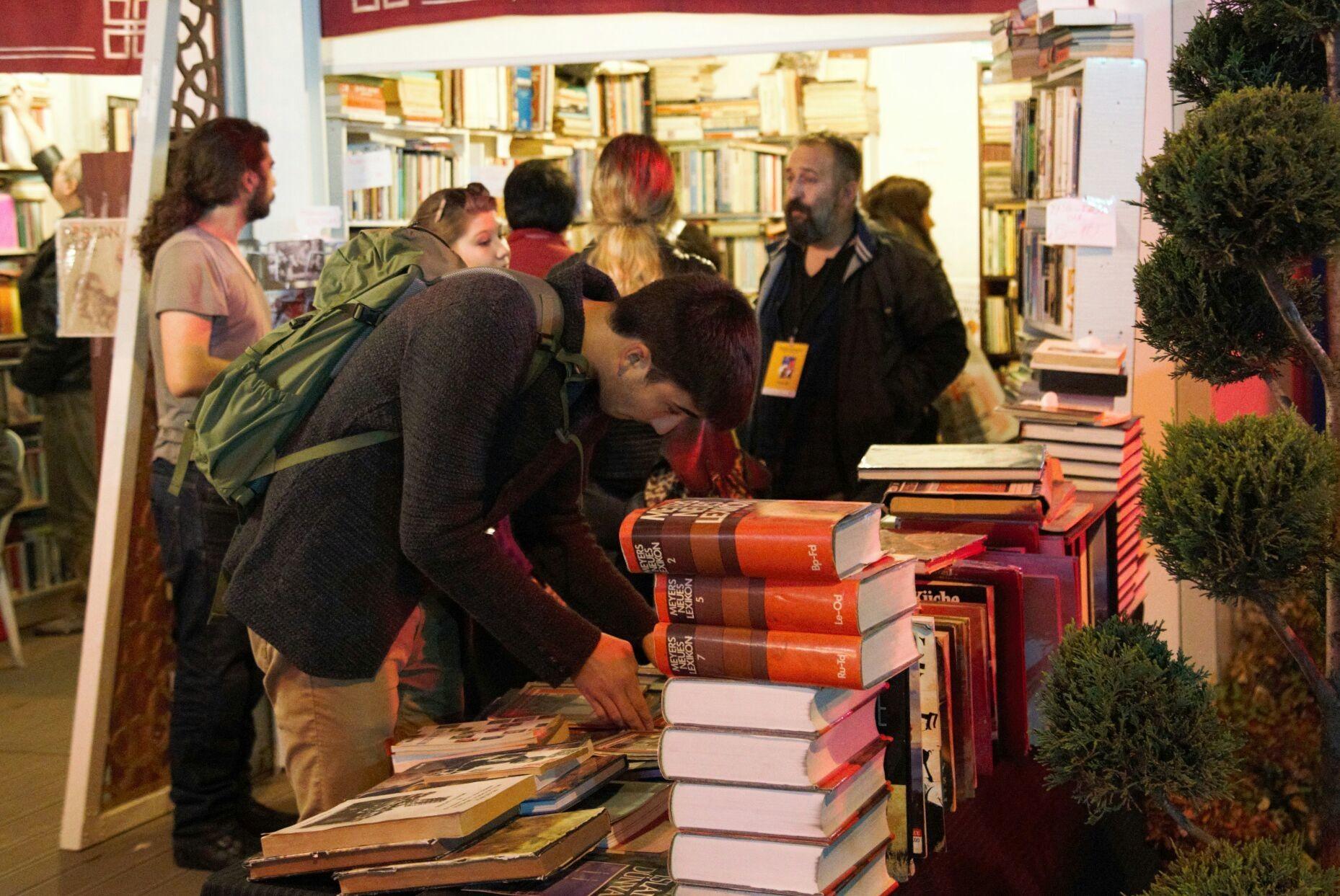 10. Sahaf Festivali İstanbul Taksim'de açıldı... Kitap severler stantlara.
