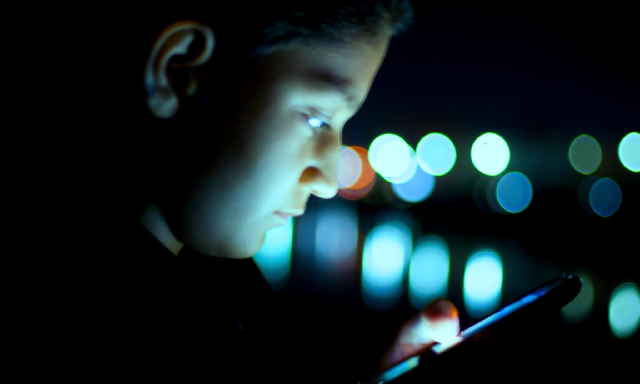 Smartphone users temporarily blinded after looking at screen in bed