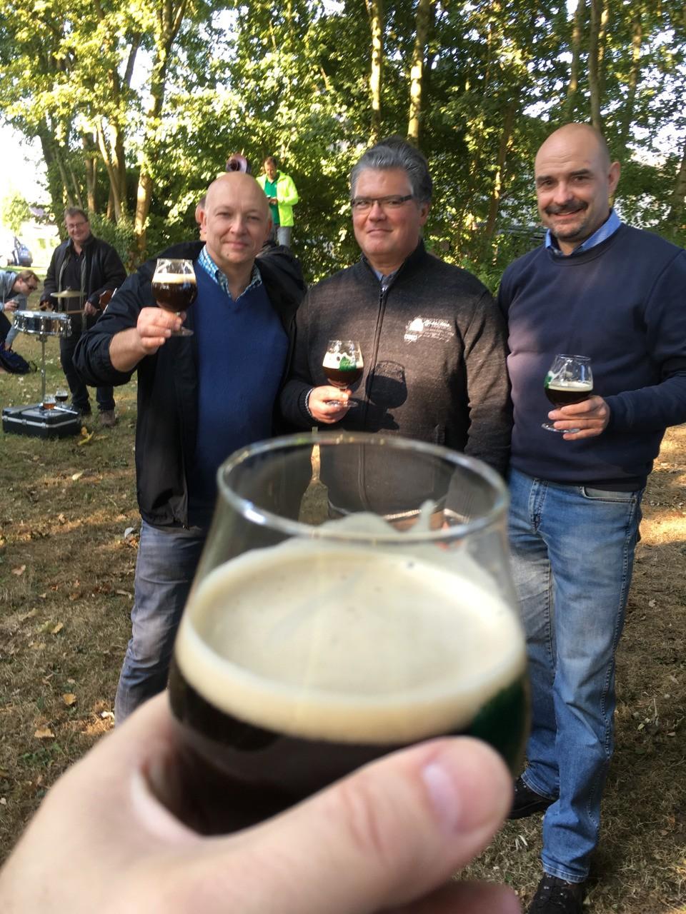 3 brouwers klinken op de Dauwtrip hun bieren werden lekker bevonden door meer dan 300 deelnemers.