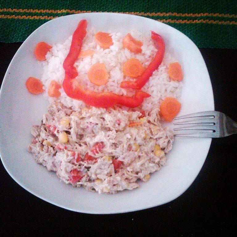 una ensalada de pechuga de pollo con maiz y pimiemto moroy rojo y amarillo con arroz blanco una muy buana combinacion .también la puedes acompañar con lo que gustes.