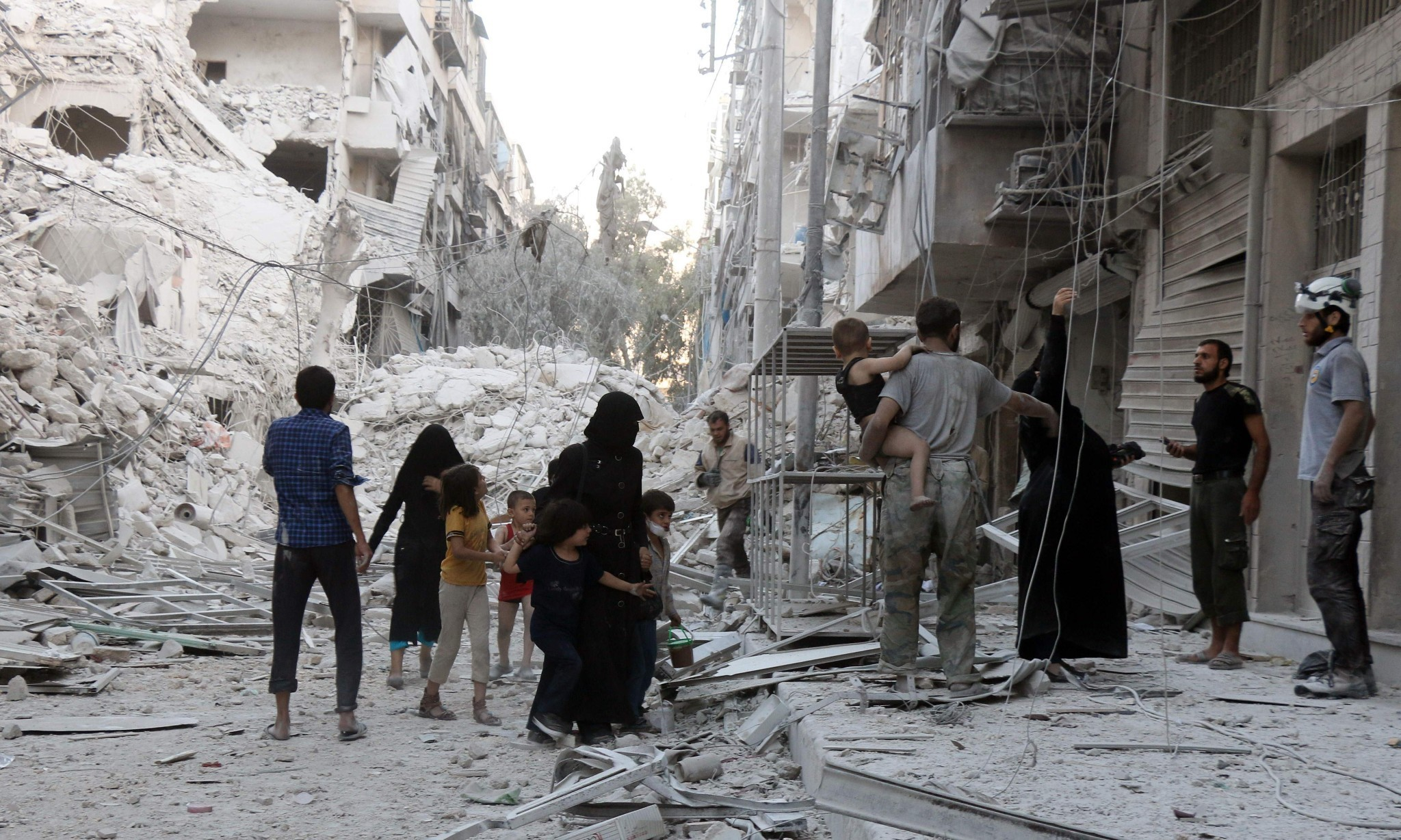 Assad's troops tighten grip on Aleppo as 2 million left without water