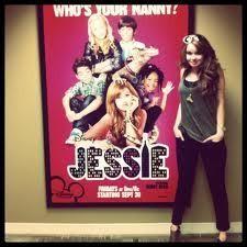 Ola só vim mostrar debbie rian a noss linda na estreia de jessie 3