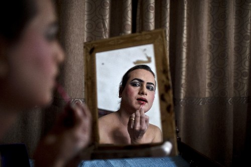 THE SELECTS: Cross Dressing in Pakistan