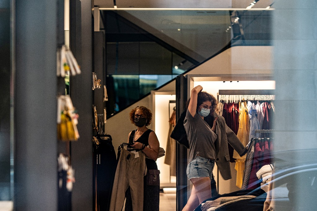 U.S. retail sales slow in July; obstacles mount for nascent economic recovery