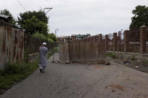 Indian authorities begin easing clampdown in Kashmir