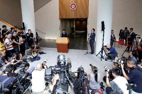 """La líder de Hong Kong ve una """"salida"""" del caos a través del diálogo"""
