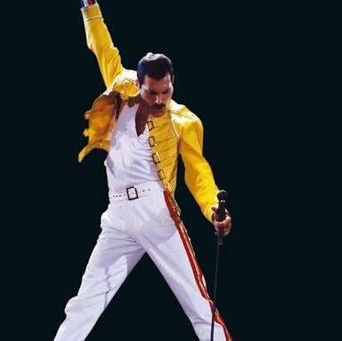 """El principal grupo de rock británico. Estaba formado por cuatro miembros. Freddie Mercury, Brian Harold May, Roger Taylor y John Deacon. Su historia comienza en el 1968, cuando Brian May y Tim Staffel, dos estudiantes del Imperial Collage, crearon una banda llamada """"Smile"""". A ellos se les unió Roger Taylor como batería. Un compañero de Tim Staffel, Freddie Bulsara, se convirtió en un gran admirador del grupo. En 1970, tim dejó el grupo, y Freddie se unió al grupo, junto a Brian y a Roger. Freddie cambió su apellido por el de Mercury y cambiaron el nombre del grupo por el de """"Queen"""". A ellos se unió un año después, John Deacon como bajista. Con estos cuatro nombres ya estaba completo el grupo británico de rock más importante de la historia."""