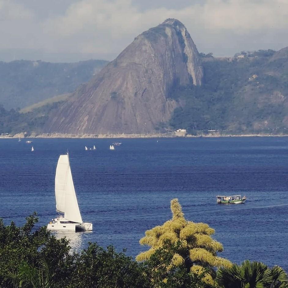 Velejadores na Baía de Guanabara no Rio de Janeiro!