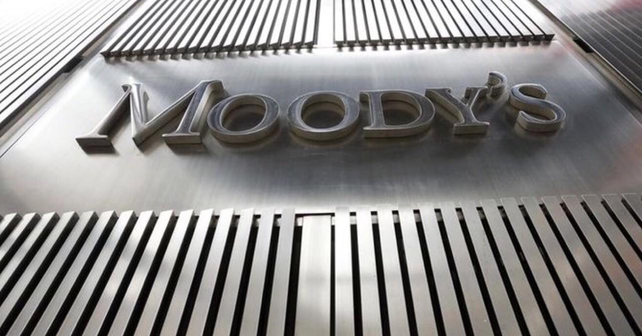 """#DovizChi Uluslararası kredi derecelendirme kuruluşu Moody's Türkiye'nin not değerlendirmesini pas geçti. Darbe girişiminin ardından Türkiye'nin kredi notunu ve not görünümünü """"negatif"""" izlemeye alan kredi derecelendirme kuruluşu Moody's, bu durumun Türkiye üzerindeki etkilerini izlemeye devam edeceğini belirtti. Kredi derecelendirme kuruluşu, başarısız darbe girişiminin Türkiye'deki zorlukları alevlendireceğini söyledi. Moody's darbenin orta vadeli etkilerini şu konularda değerlendireceğini söyledi: - Türkiye'nin politika yapıcı kurumlarını ve iş ortamını - Olası şokları absorbe edecek dış tamponları, Türkiye'nin yüksek derecede bağlı olduğu zarar görmüş yatırımcı beklentisi - Büyüme beklentileri Moody's Türkiye'nin kredi notu değerlendirmesinin 18 Temmuz'dan itibaren 90 gün içerisinde sonuçlanacağını söylemişti... #Döviz #Dolar #Euro #Parite #Petrol #Brent #Forex #Sterlin #Yatırım #Yorum #Analiz #Altın #EurUsd #Ons #UsdTry #GbpUsd #Ekonomi #ECB #Faiz"""