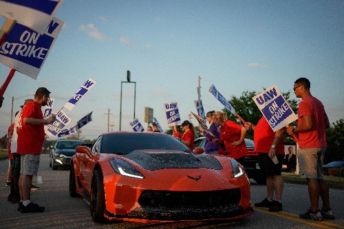 Workers picket GM plants as UAW contract talks resume