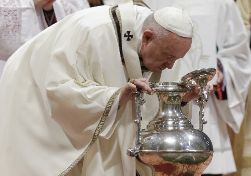 Pope washes inmates' feet, says bishops must be servants