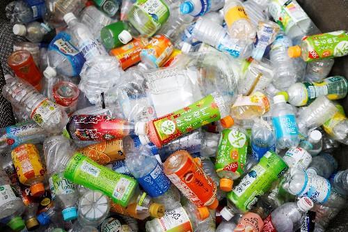 Ser humano pode estar ingerindo plástico equivalente a um cartão de crédito por semana, diz estudo