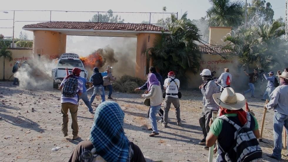 Manifestantes atacan la residencia del gobernador de Guerrero, México | CNN