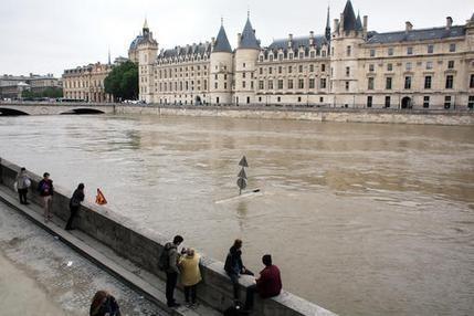 Seine up to highest level in 35 years, Paris landmarks shut