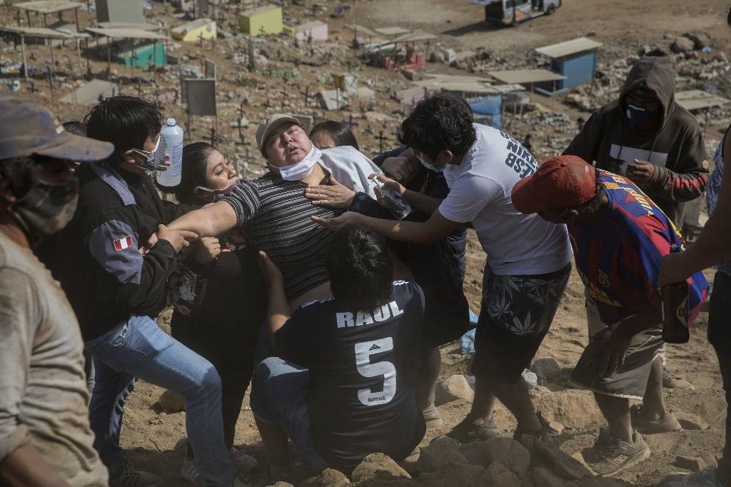Peruvian families bury multiple members amid pandemic