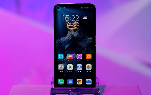 Corrected: Huawei shipments could fall by up to a quarter this year - analysts