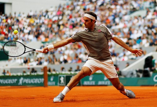 Federer turns on the style on Roland Garros return