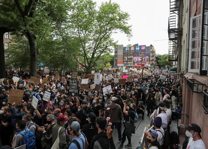 Maioria nos EUA simpatiza com protestos e reprova resposta de Trump, diz pesquisa