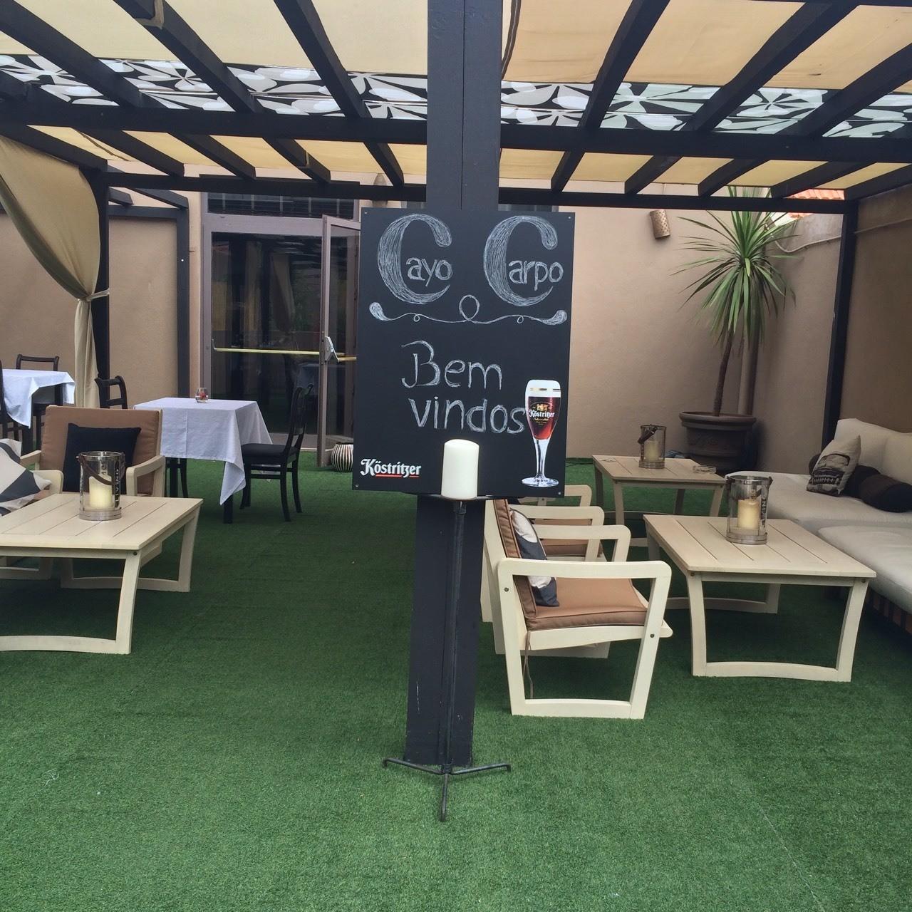 As boas vindas do Cayo Carpo com a sua bela esplanada pronta para receber os clientes e beberem entre outras bebidas um bom café