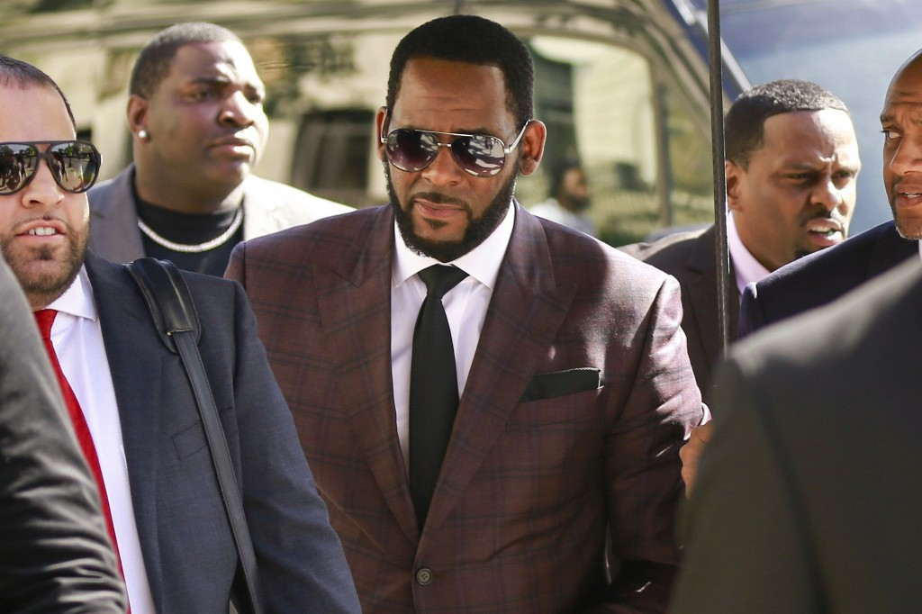 Prosecutors charge 3 with threatening women in R. Kelly case