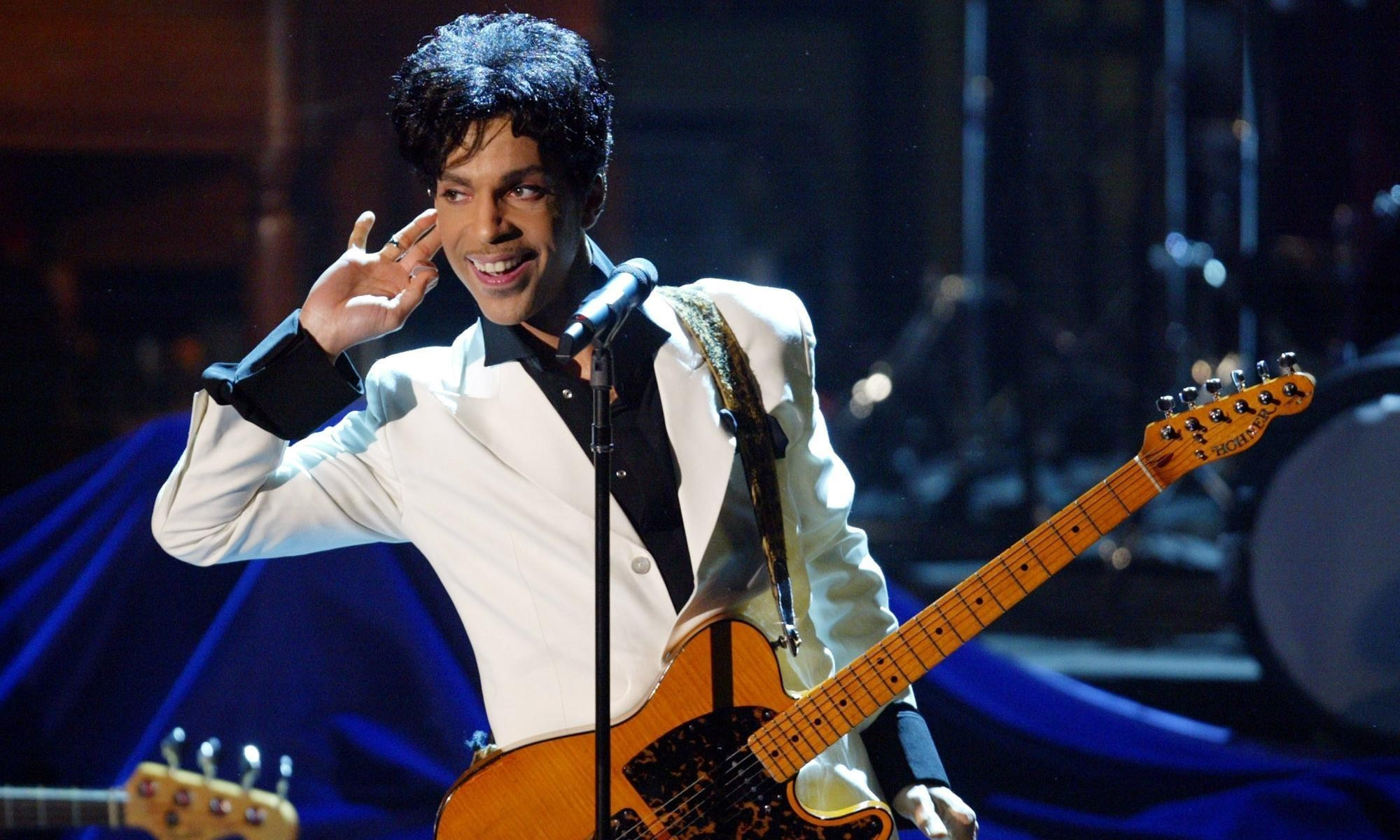 Prince performing While My Guitar Gently Weeps at Rock and Roll Hall of Fame induction – video